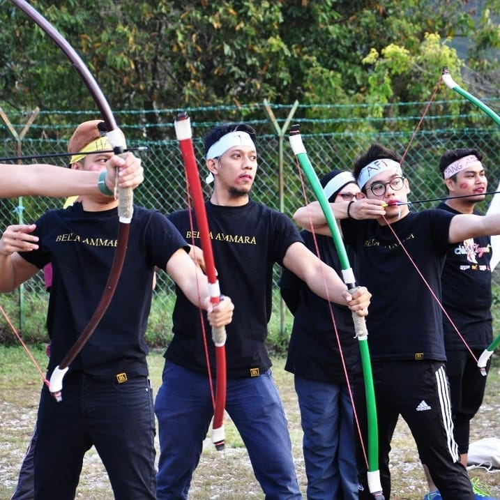 Sukan memanah yang menguji kekuatan tangan turut disediakan di sini