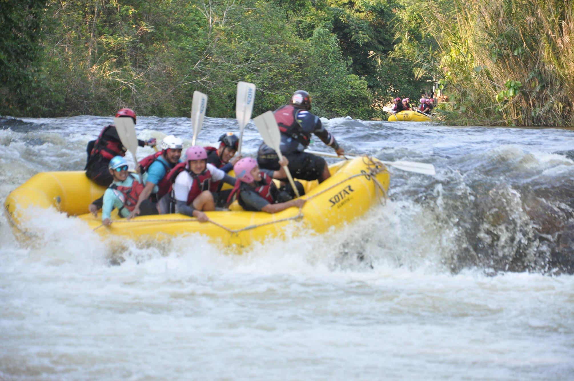 Sukan kayak di jeram sungai merupakan antara aktiviti rekreasi air yang diminati oleh pelanggan di AsiaCamp